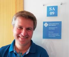 El professor Joan David Janer presenta una comunicació sobre la criminalització de les ONG de rescat a la mar en un congrés internacional